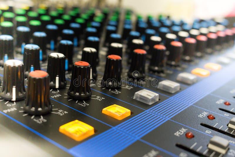 Panel de control del mezclador de sonidos fotografía de archivo