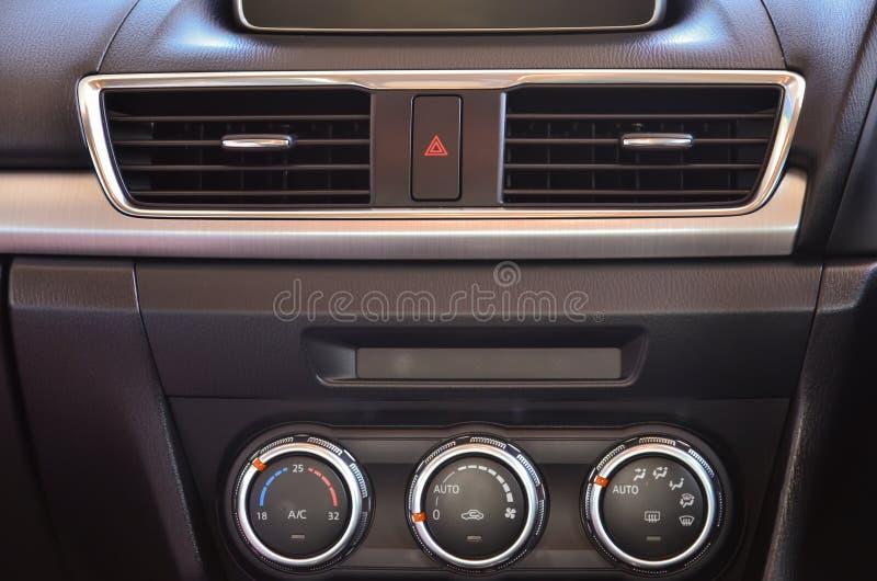 Panel de control en un coche imagen de archivo