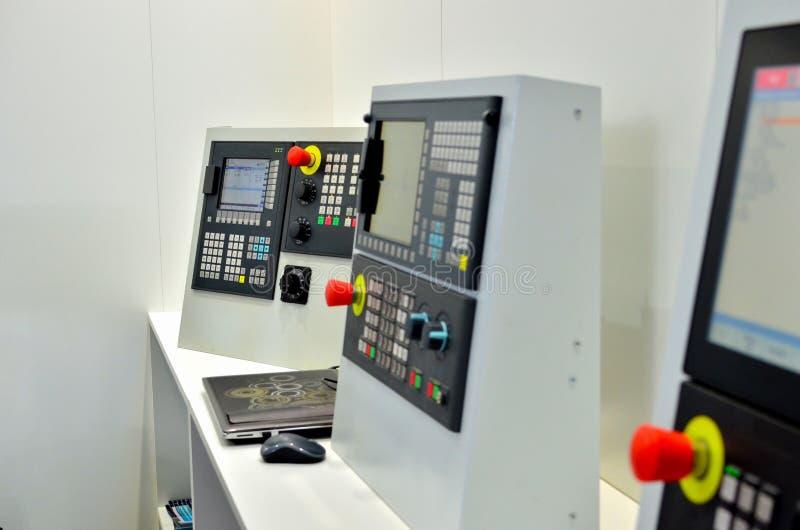 Panel de control de la m?quina del CNC que muele con la exhibici?n fotografía de archivo libre de regalías