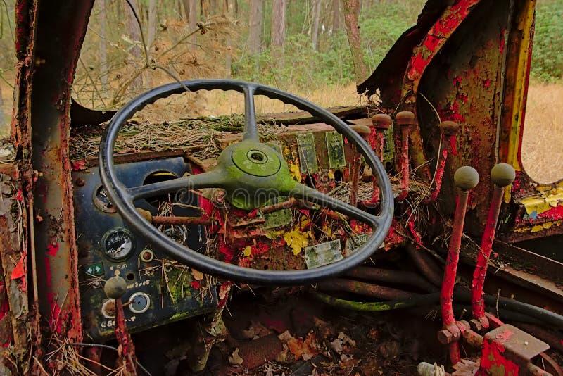 Panel de control de un tractor abandonado viejo en naturaleza fotos de archivo