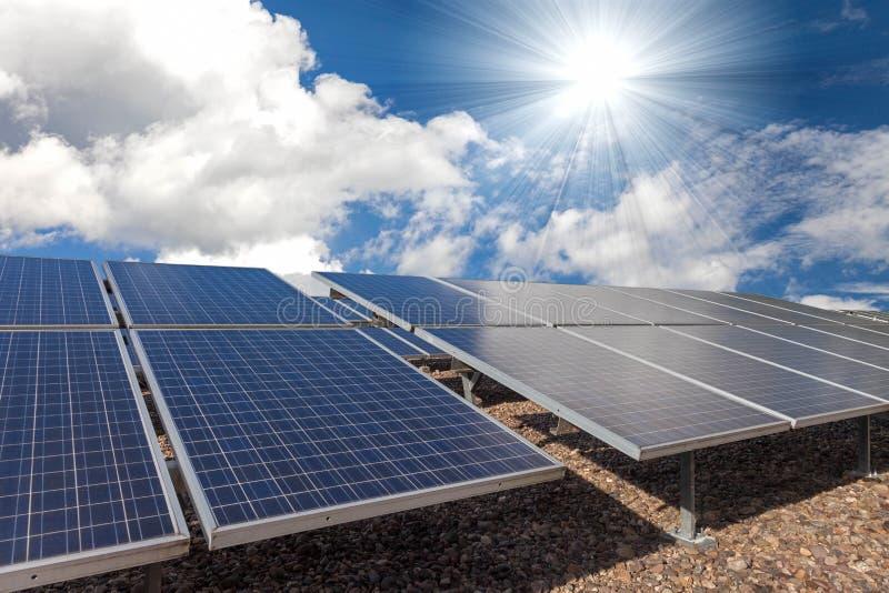 Panel för sol- cell med den stark solen och himmel royaltyfria bilder