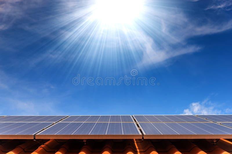 Panel för sol- cell på takhus arkivfoton