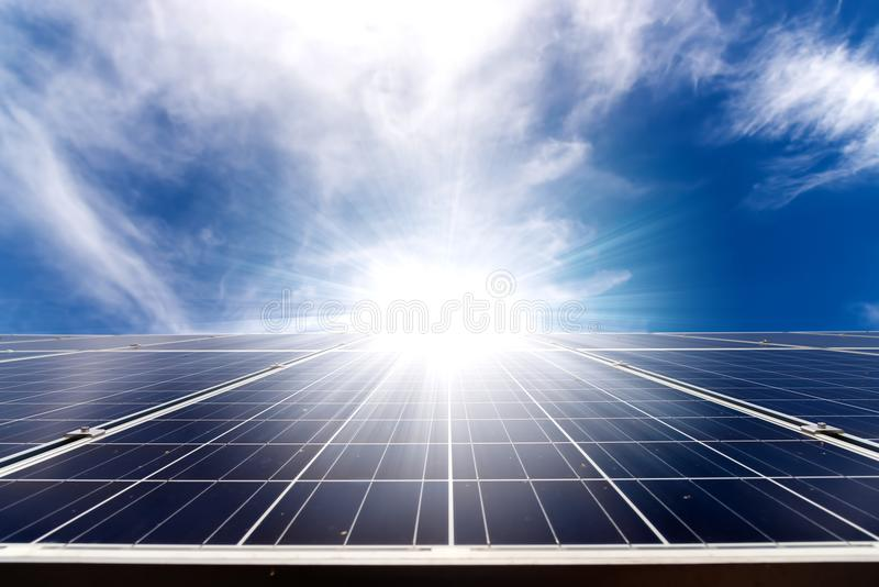 Panel för sol- cell på takhus med den starka solen fotografering för bildbyråer