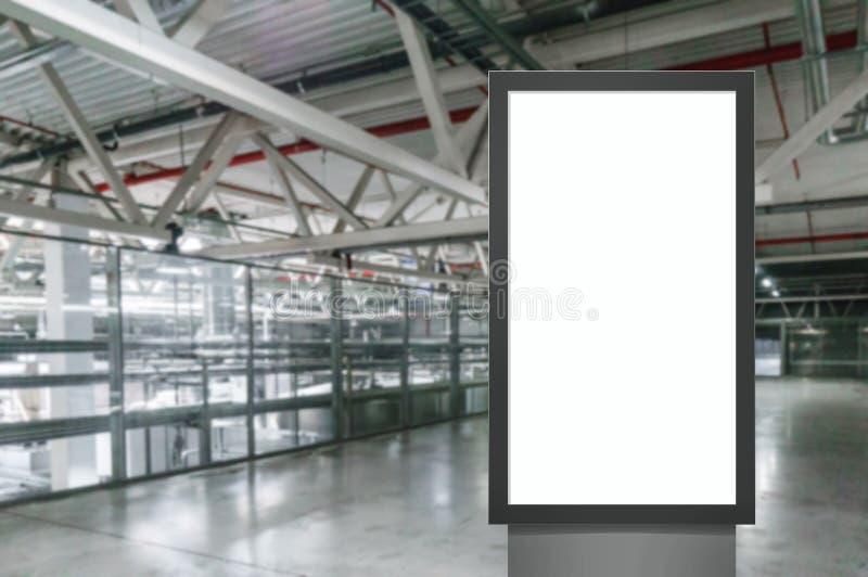 Panel för tom vit skärm för Digital massmedia modern, skylt för annonseringdesign i airpost, galleri Modell arkivfoton