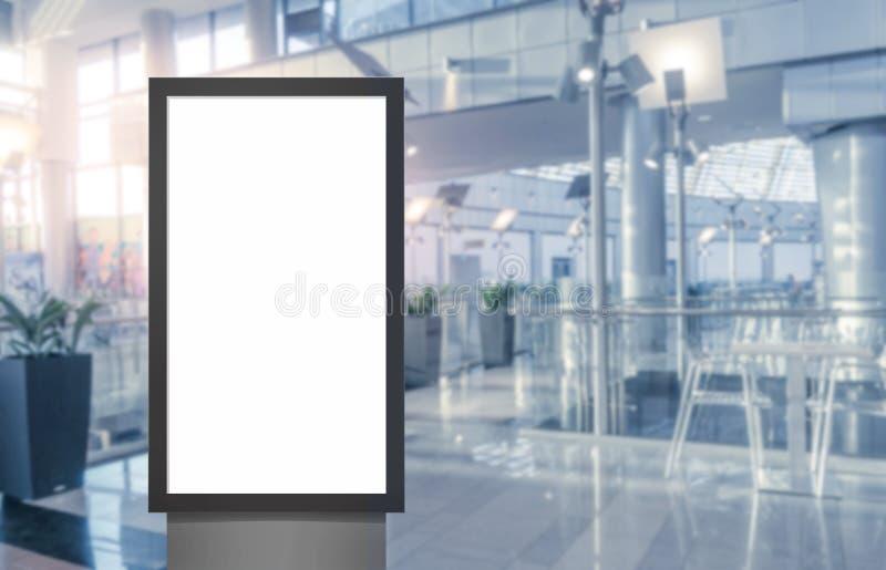 Panel f?r tom vit sk?rm f?r Digital massmedia modern, skylt f?r annonseringdesign i airpost, galleri Modell royaltyfri foto