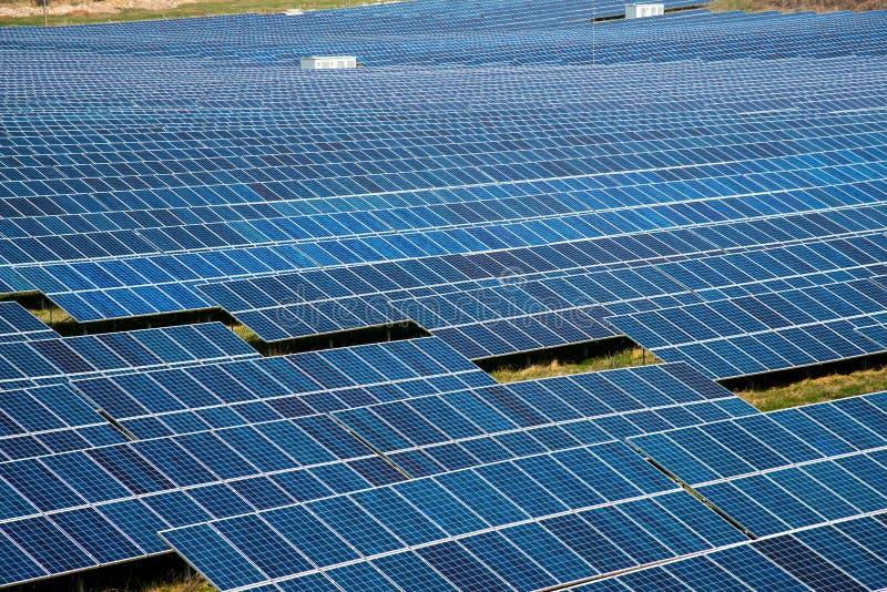 Panel słoneczny, fotowoltaiczny, alternatywne źródło energii elektrycznej - koncepcja zrównoważonych zasobów obraz stock