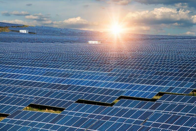 Panel słoneczny, fotowoltaiczny, alternatywne źródło energii elektrycznej - koncepcja zrównoważonych zasobów zdjęcia royalty free