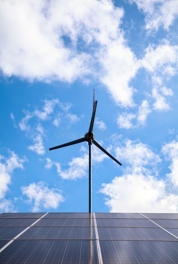 Panel słoneczny i silnik wiatrowy dla zasilanie elektryczne produkci _ zdjęcie stock