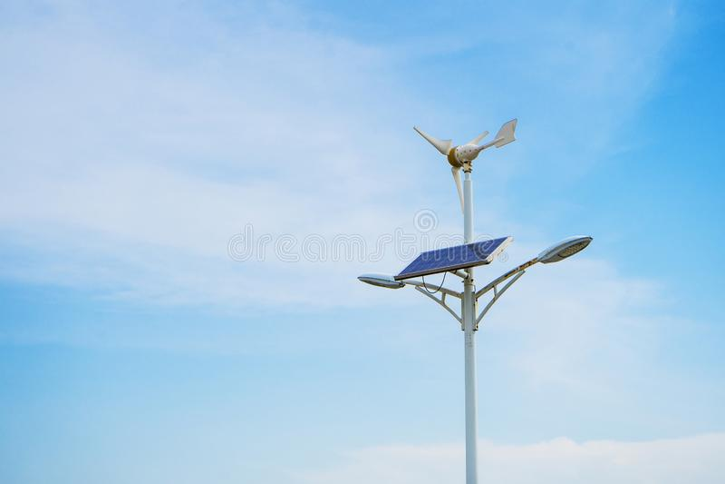 Panel słoneczny i tło silnika wiatrowego i niebieskiego nieba zdjęcia royalty free