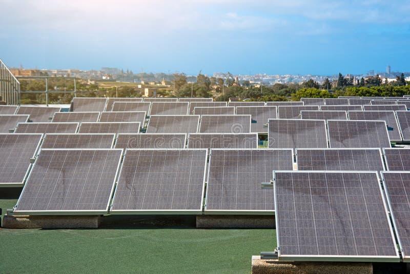 Panel słoneczny na dachu budynek, źródło alternatywne produkcja energii obraz stock