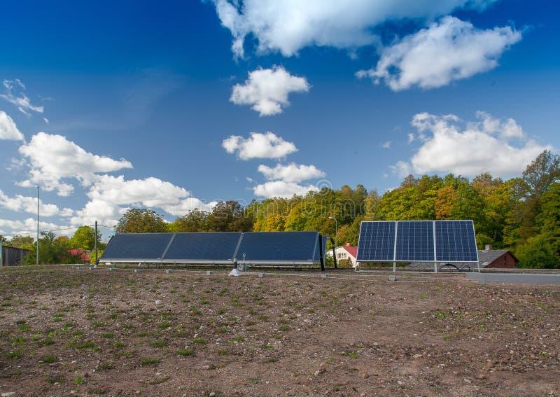 Panel słoneczny na dachu budynek Nowożytna Energia n fotografia royalty free