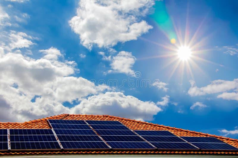 Panel słoneczny na dachu, energia naturalny zdjęcia stock