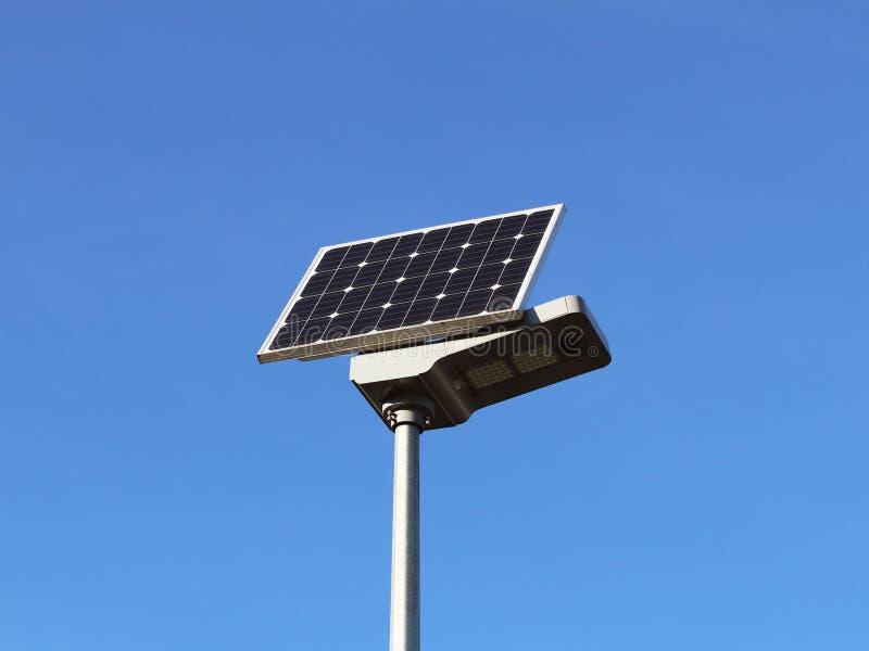 Panel słoneczny na niebieskim niebie komórki fotowoltaiczne Metoda uzyskiwać alternatywną energię Ecologically czyści elektryczno obrazy stock