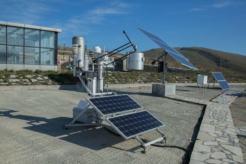Panel słoneczny, photovoltaic, alternatywny elektryczności źródło, - pojęcie podtrzymywalni zasoby Nowożytna biogas fabryka, używ zdjęcia royalty free