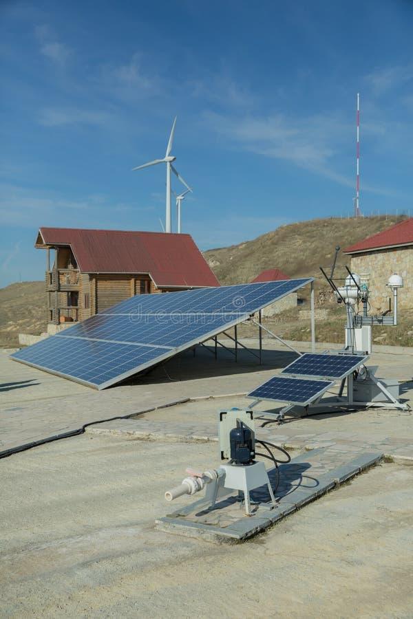 Panel słoneczny, photovoltaic, alternatywny elektryczności źródło, - pojęcie podtrzymywalni zasoby Wiatrowy gospodarstwo rolne: P zdjęcie royalty free