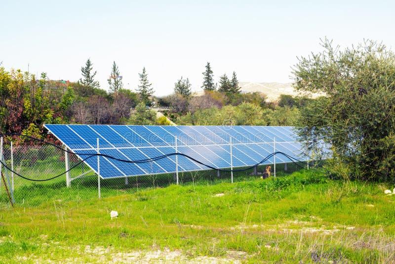 Panel słoneczny produkuje zieleń, ekologicznie życzliwa energia od słońca obrazy royalty free