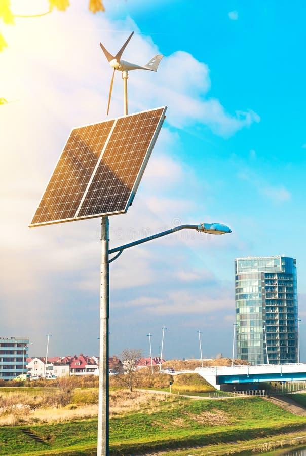 Panel słoneczny, silnik wiatrowy pod chmurnym niebieskim niebem fotografia stock