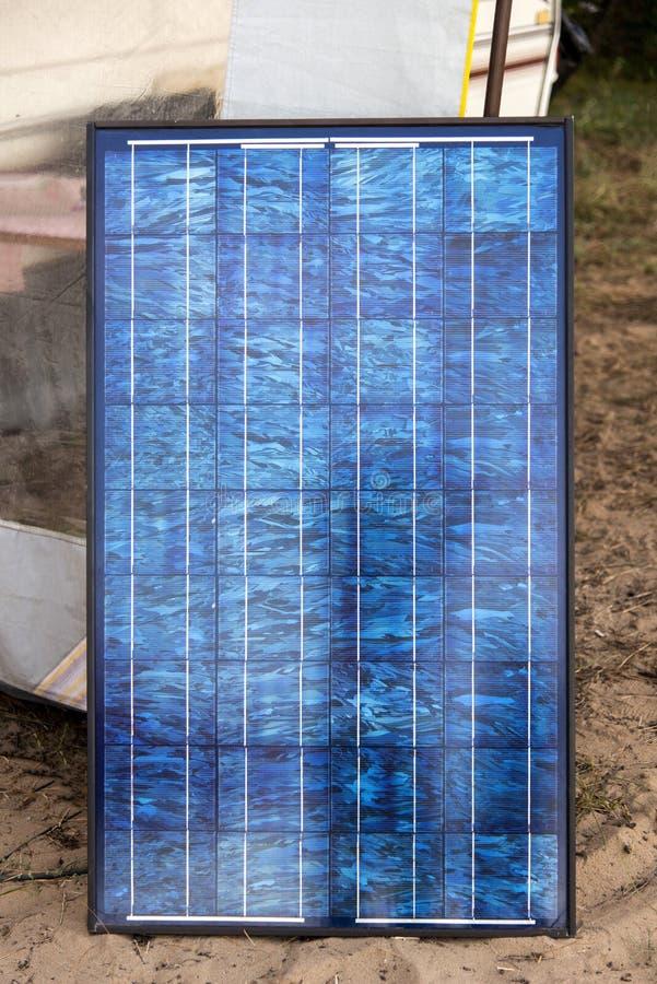 Panel słoneczny w campsite przed karawaną, alternatywny elektryczności źródło zdjęcia stock