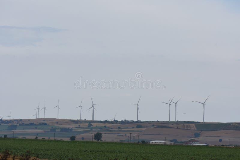 panel słoneczny z silnikiem wiatrowym i zmierzchem pojęcie władzy energia zdjęcia royalty free