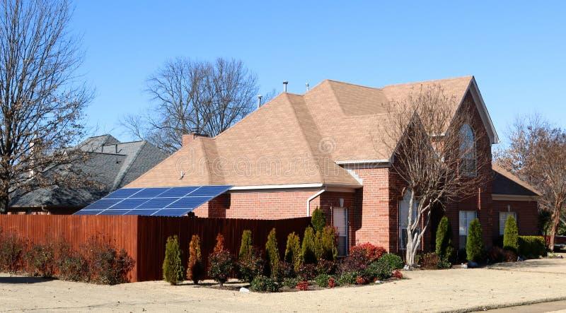 Panel słoneczny zasila klasa średnia Podmiejskiego dom fotografia stock