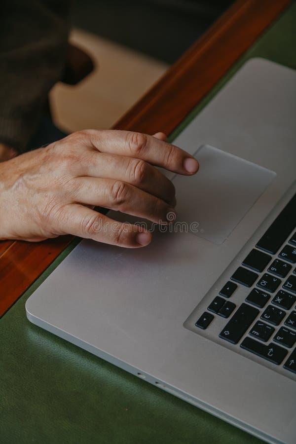 Panel táctil masculino del ordenador de controles de la mano fotos de archivo libres de regalías