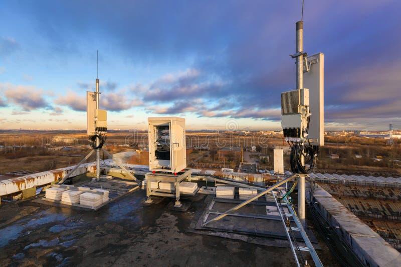 Panelantenner av 2G, 3G, 4G, 5G musikband, utomhus- avlägsna radioenheter, klimatisk vandal-provexemplar telekommunikationncabine arkivfoton