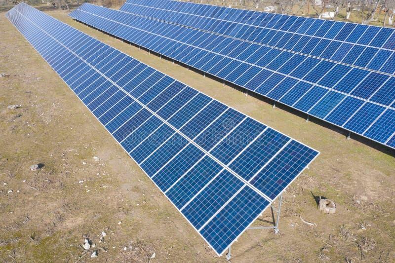 Paneles azules de la planta de energía solar en el patio trasero Independencia energética imagen de archivo libre de regalías