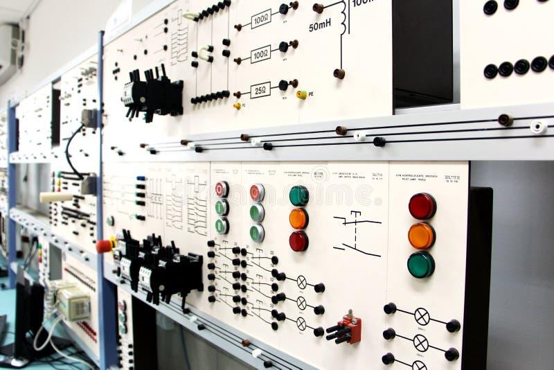 Paneles de control en un laboratorio de electrónica imágenes de archivo libres de regalías