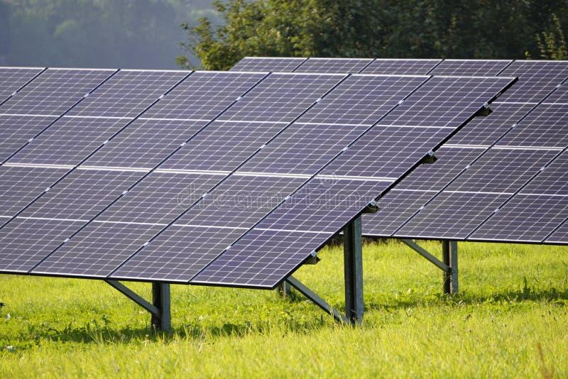 Paneles solares modernos sobre colinas verdes en las montañas. electricidad ambiental, residuos cero, calefacción y luz. Alto vo foto de archivo libre de regalías
