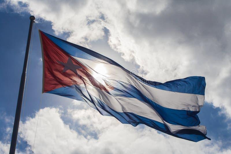 Panelljus av en kubansk flagga i den blåa himlen royaltyfria foton