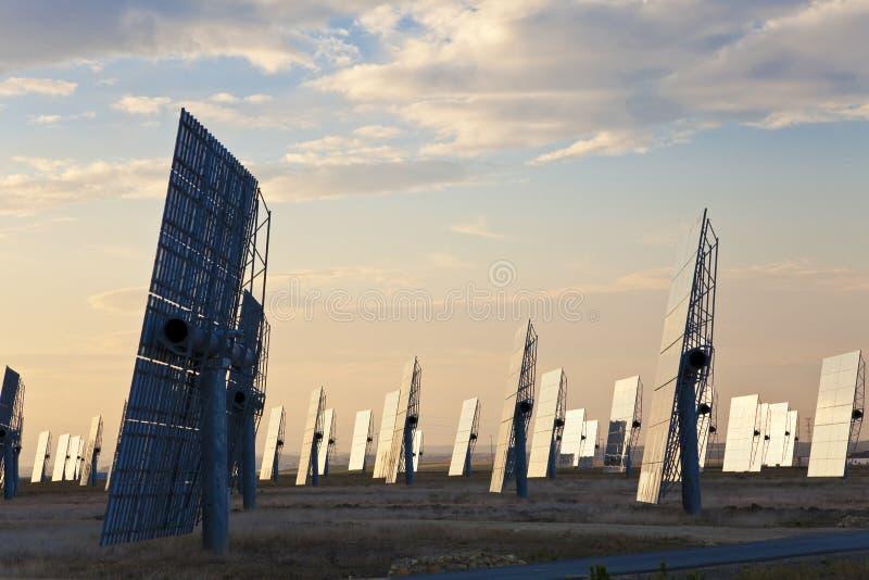 panels den gröna spegeln för energi sol- soluppgång arkivfoton