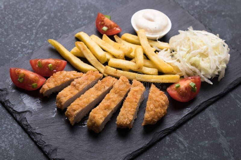 _paner c?telette avec pommes frites photos libres de droits
