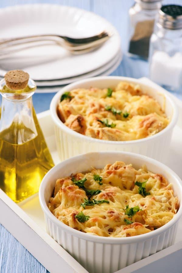 Panera eldfasta formen med höna, spenat, ägg och ost som är bekanta som skikt royaltyfri fotografi