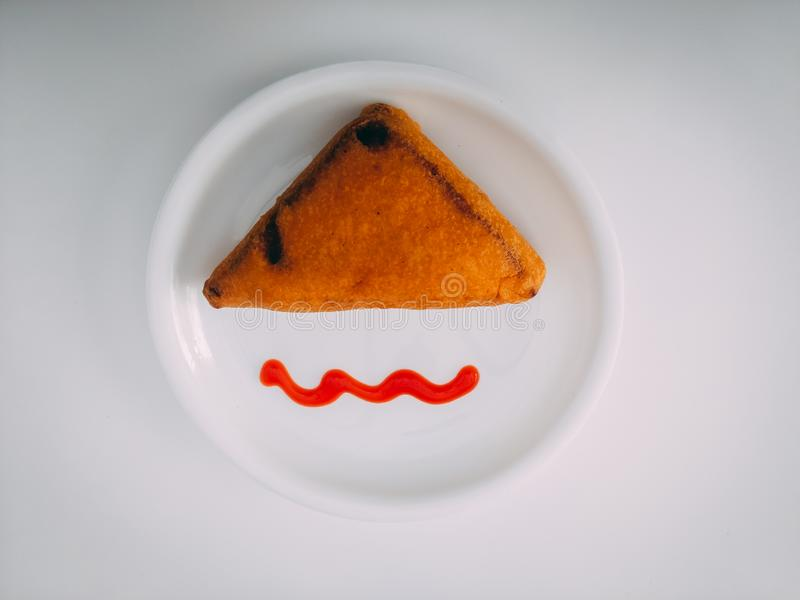 Panera Pakoda med tomats?s Indiskt tetidmellanm?l som f?rbereds fr?n potatisar och chili Ett gemensamt gatamat- eller snabbmatmel arkivbild