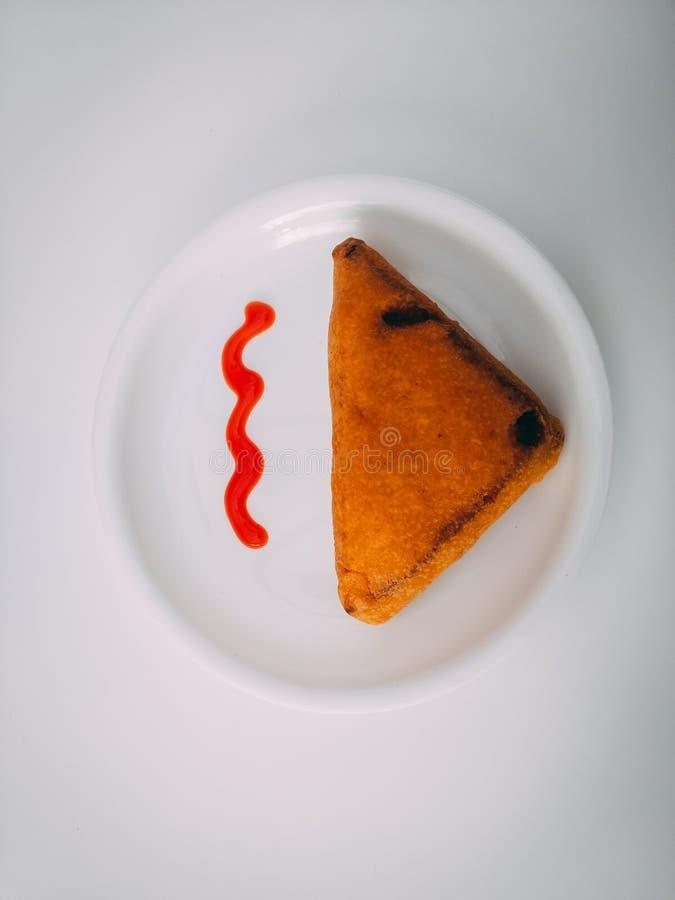 Panera Pakoda med tomats?s Indiskt tetidmellanm?l som f?rbereds fr?n potatisar och chili Ett gemensamt gatamat- eller snabbmatmel royaltyfria bilder