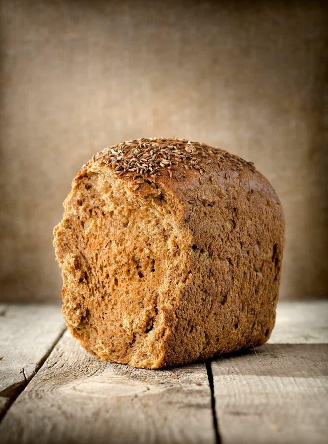 Svart bröd på bordlägga royaltyfria bilder