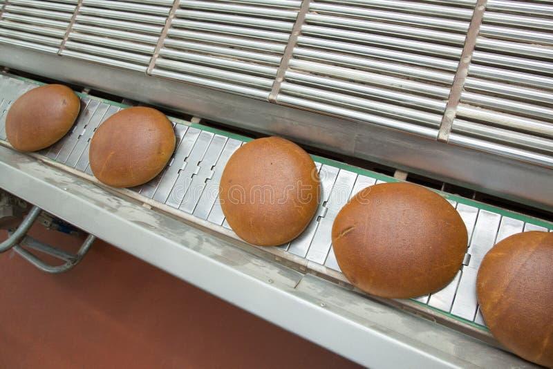 Panes cocidos calientes en una línea fotos de archivo