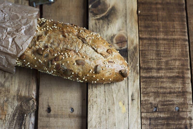 Panes con las semillas y las nueces imagen de archivo libre de regalías