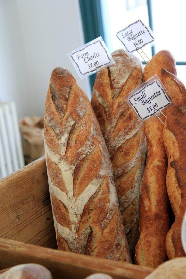 Panes crujientes cocidos frescos en el mercado de los granjeros foto de archivo