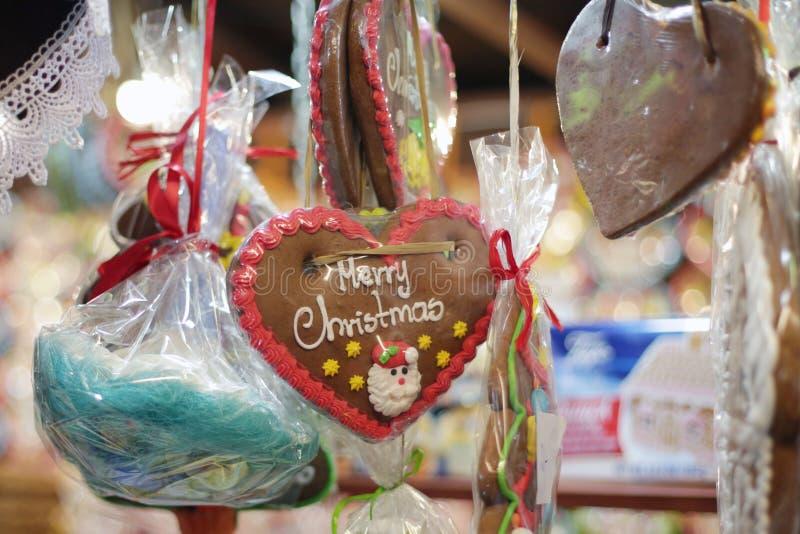 Panes de jengibre de la Navidad en el mercado de la Navidad foto de archivo libre de regalías