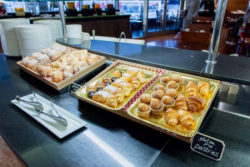 Panes del buffet del desayuno en restaurante del hotel foto de archivo libre de regalías