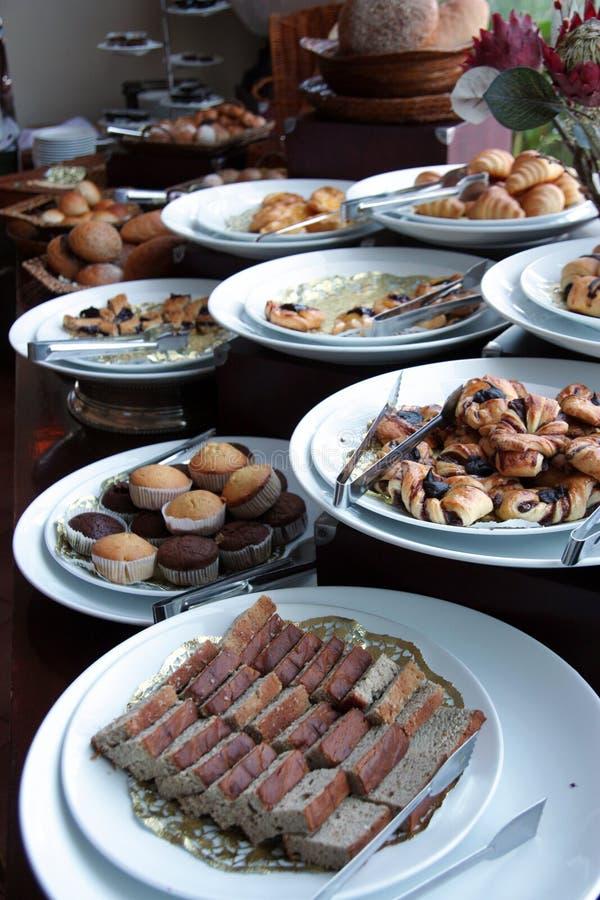 Panes en el desayuno de la comida fría fotografía de archivo