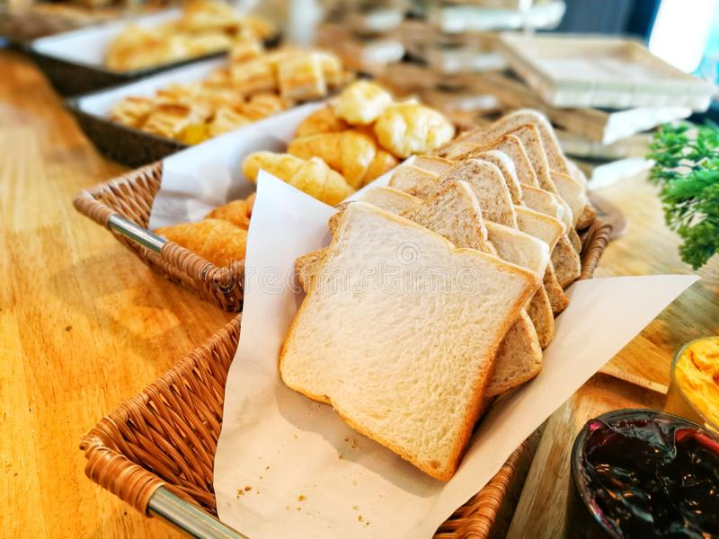 panes en la comida fría del desayuno del restaurante imagen de archivo