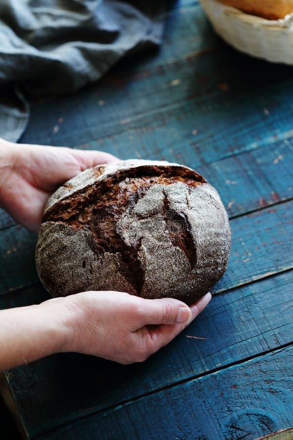 Panes en manos de la mujer fotografía de archivo libre de regalías