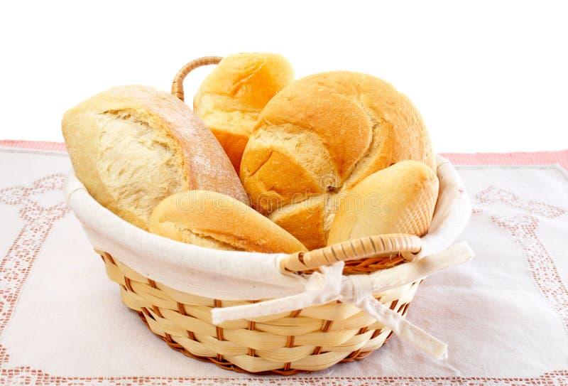 Panes frescos en una cesta fotos de archivo libres de regalías