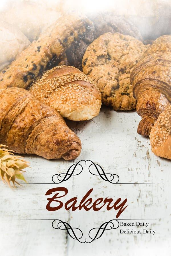 Panes hechos en casa o bollo o panadería en el fondo de madera fotos de archivo