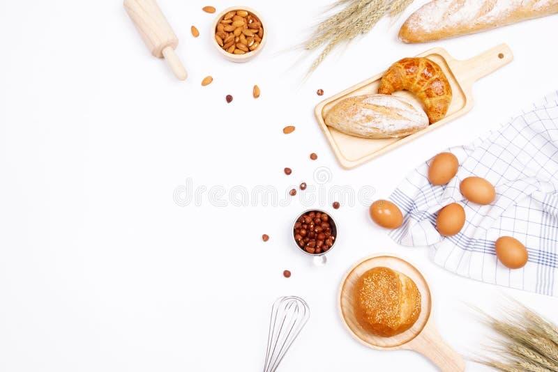 Panes hechos en casa o ingredientes del bollo, del cruasán y de la panadería, harina, foto de archivo