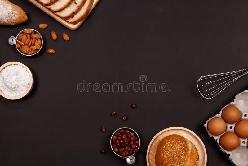 Panes hechos en casa o ingredientes del bollo, del cruasán y de la panadería, harina, imagen de archivo libre de regalías