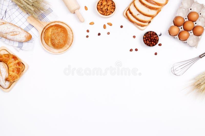 Panes hechos en casa o ingredientes del bollo, del cruasán y de la panadería, harina, fotos de archivo libres de regalías