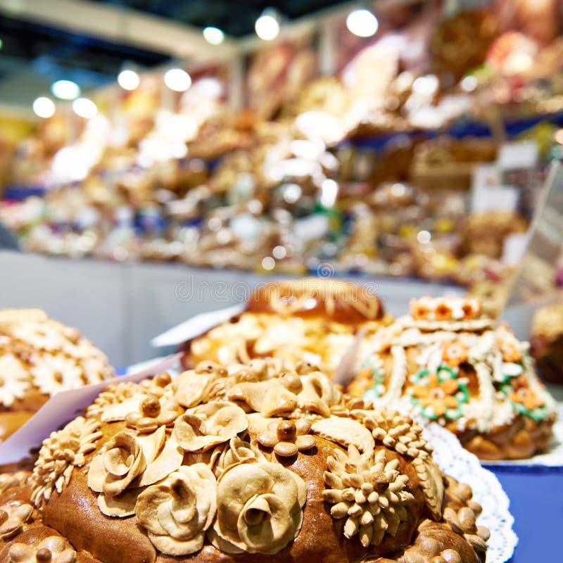 Panes Korovai del pan con los modelos en tienda de pasteles imagen de archivo libre de regalías